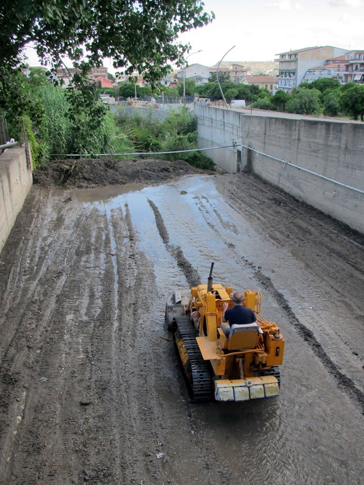 Fiumara Gallizzi zona Via Diaz - intervento pulizia (foto Luciano Linares)