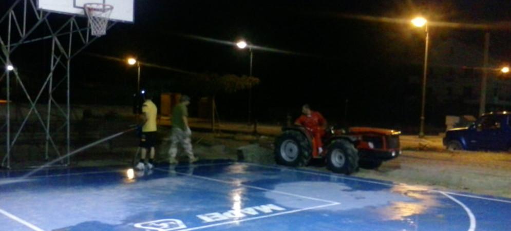 Caulonia: volontari puliscono il campo di basket