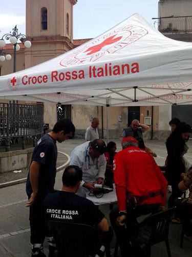 Foto del gazebo allestito in Piazza Plebiscito dalla Croce Rossa Italiana