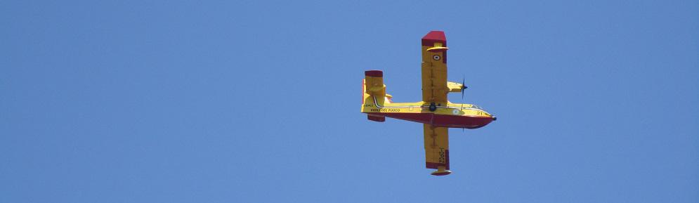 Due Canadair sorvolano Caulonia