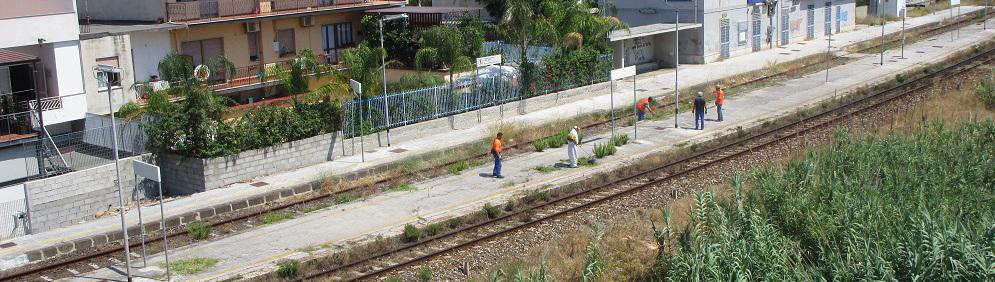 Pulizie in corso alla stazione di Caulonia
