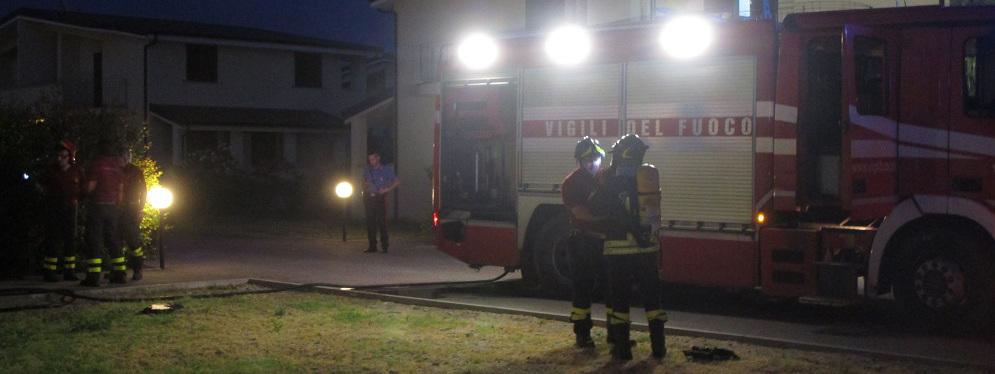 Esercizio commerciale in fiamme a Roccella Jonica