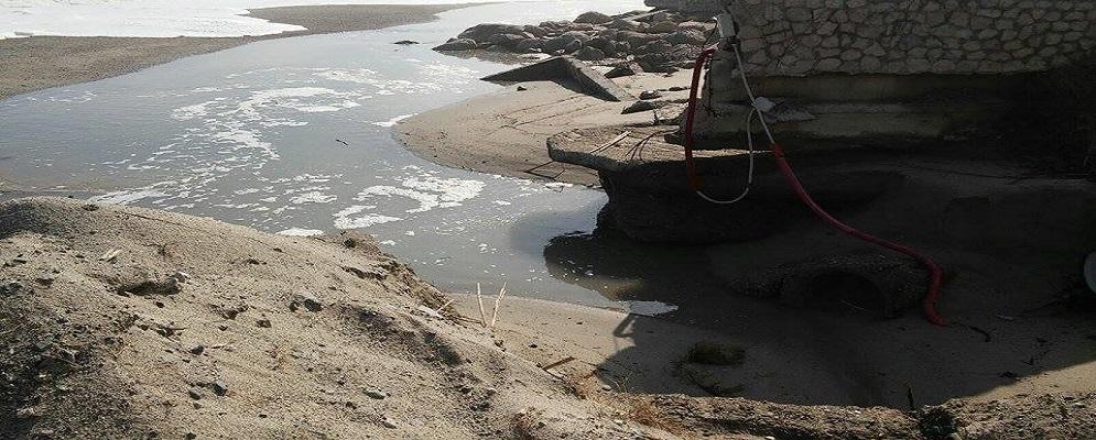 """La denuncia di Femia: """"Centinaia di metri cubi di fognatura riversati sulla spiaggia di Caulonia"""" – video"""