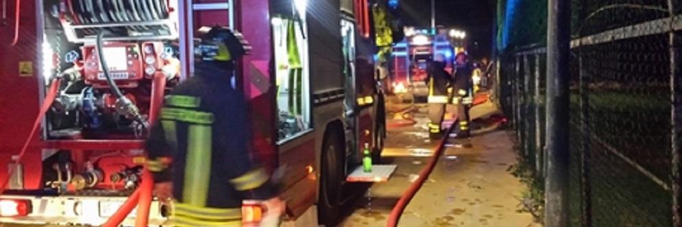 Incendio sul lungomare di Caulonia – Il video dell'arrivo dei vigili del fuoco