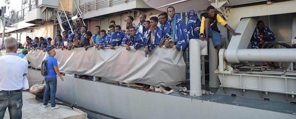 A Vibo nave con 606 migranti e 16 salme