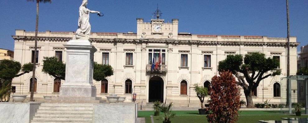 Ecco la raccolta differenziata del Comune di Reggio Calabria: nel mastello un sacco pieno zeppo di carte d'identità