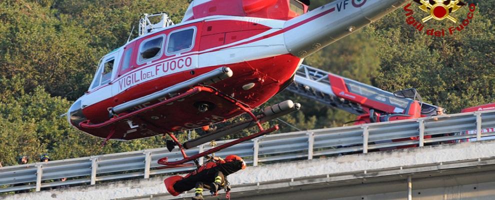 Pizzo: Vigili del Fuoco recuperano persona lanciatasi da un viadotto autostradale – video
