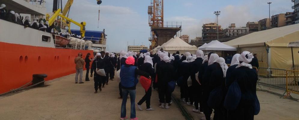 Reggio Calabria, 404 migranti e 9 salme: In tanti con ustioni da idrocarburi