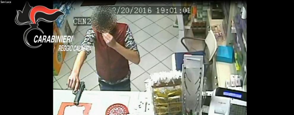 San Luca, rapina farmacia – video