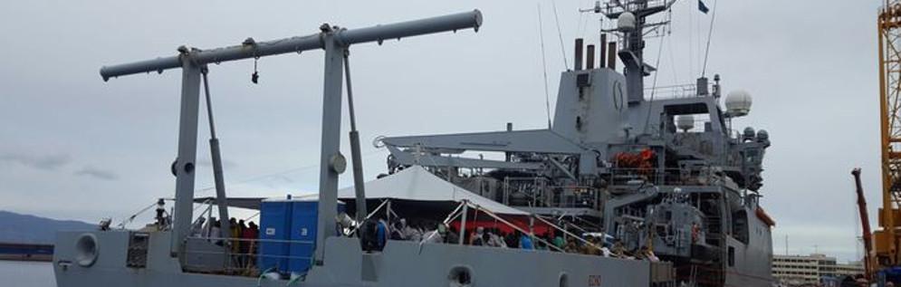 Reggio Calabria: Sbarcati 182 migranti soccorsi da nave della Marina inglese