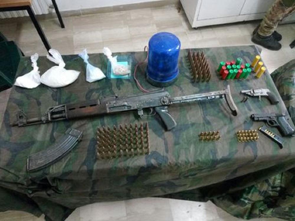 Arrestati Padre e figlio: Nascondevano un kalashnikov, pistole, munizioni e droga