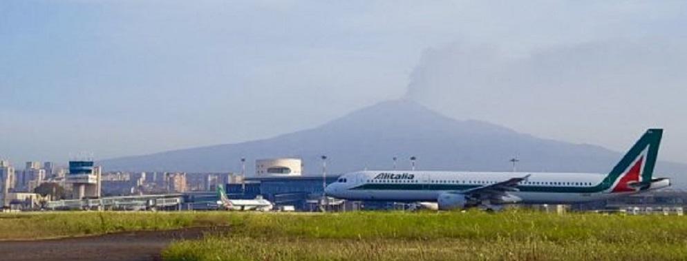 Etna in eruzione, due colate e cenere vulcanica. Chiuso l'aeroporto di Reggio Calabria