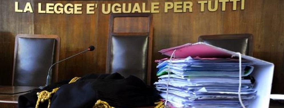 Rivelava le indagini al marito avvocato, custodia cautelare per una funzionaria del tribunale