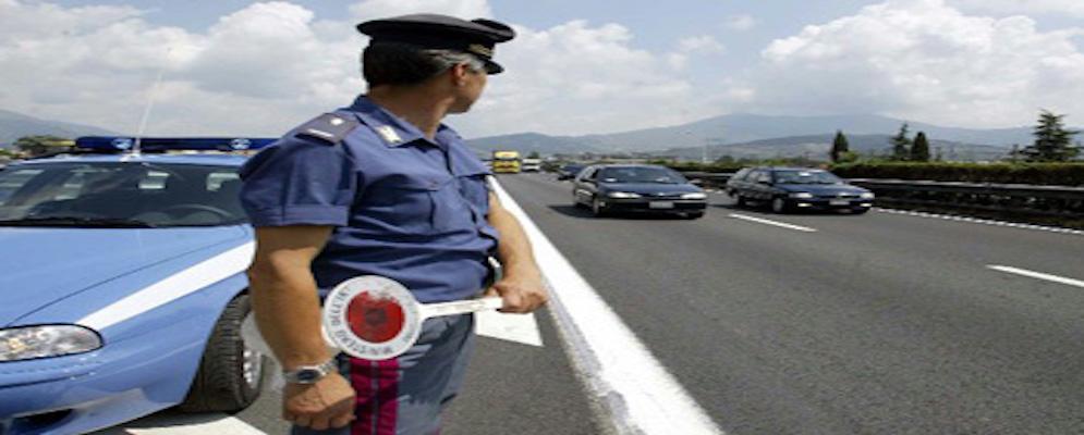 Manomissione del cronotachigrafo, sanzione di 1700 euro e patente ritirata a camionista in transito sulla A2