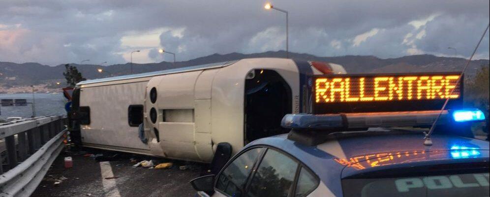 Pullman si ribalta in autostrada nei pressi di Villa San Giovanni, 15 i feriti