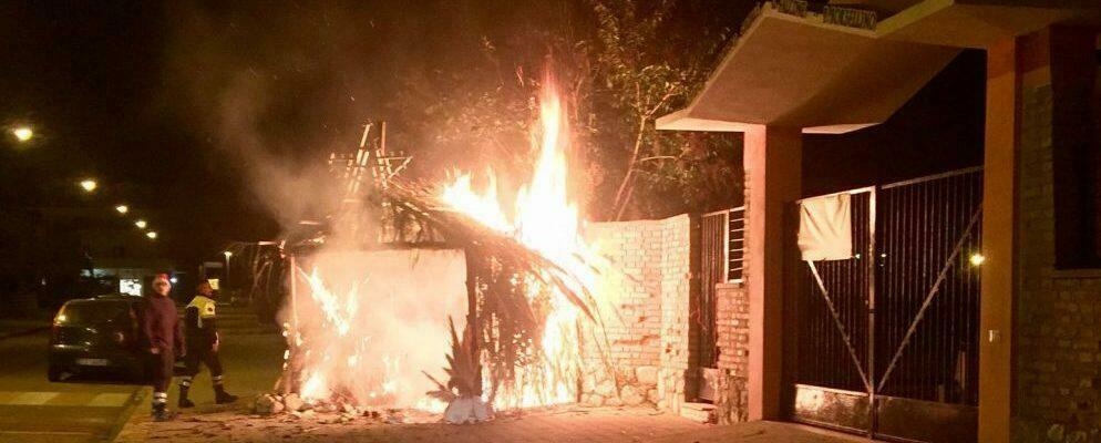 Ignoti incendiano capanna del presepe costruita dalla Protezione Civile di Caulonia