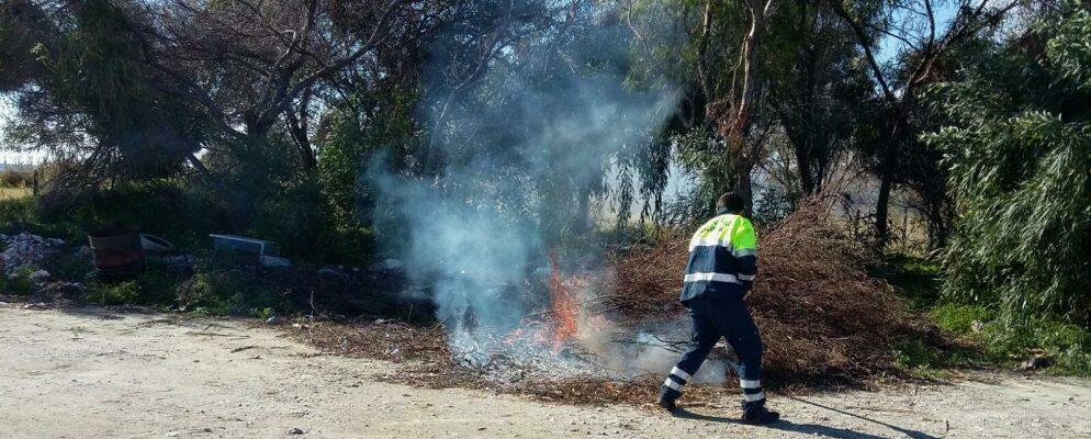 Incendio lungo la Fiumara Allaro a Caulonia Marina, la protezione civile doma le fiamme
