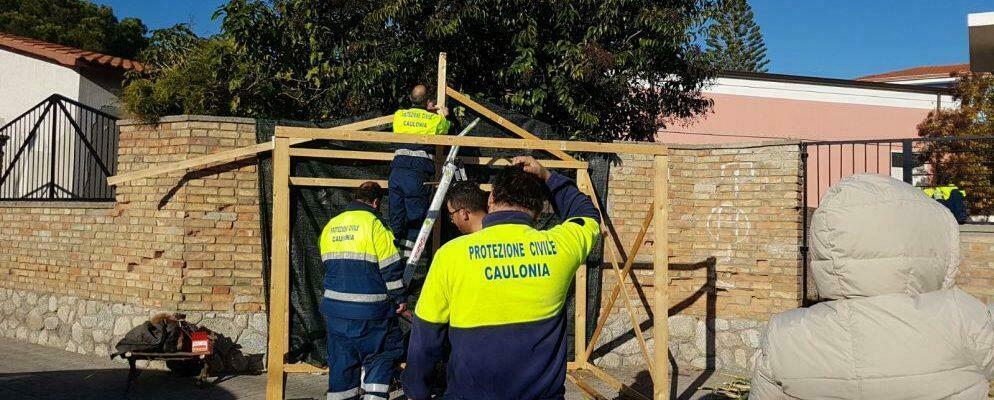 La protezione civile di Caulonia al lavoro per la realizzazione del presepe vivente