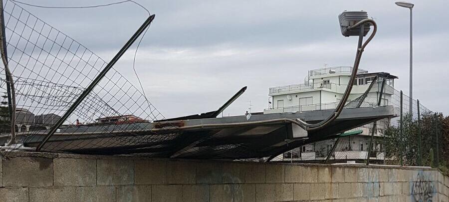 Crolla cartellone pubblicitario a Caulonia Marina