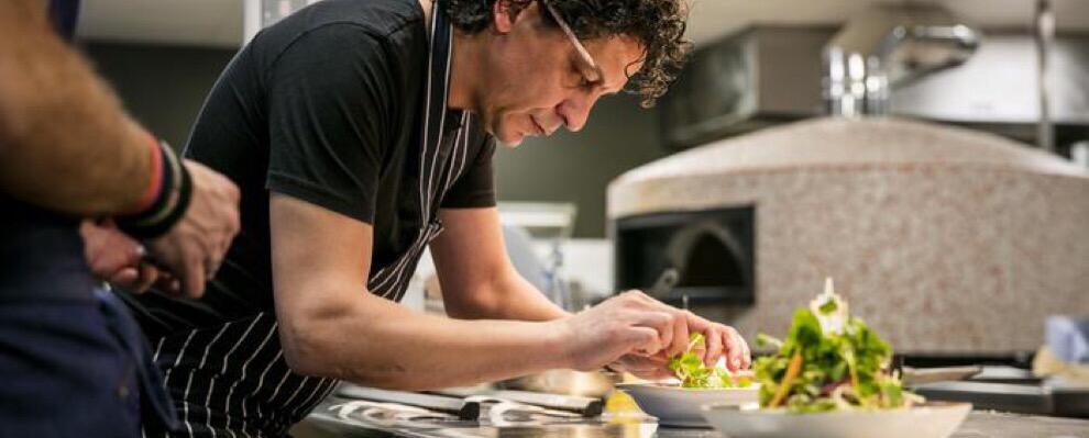 """Lo chef calabrese Francesco Mazzei conquista Londra con il suo libro """"Mezzogiorno"""""""