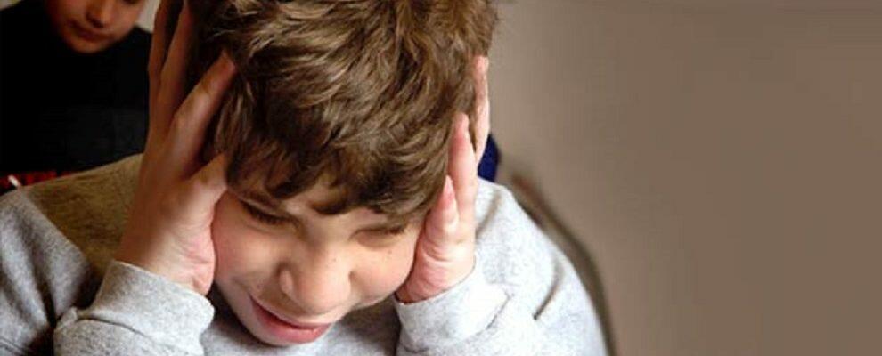 Schiaffi e pugni a bimbo autistico, sospesa insegnante di sostegno