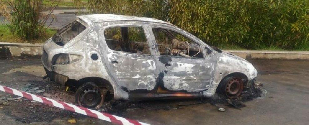 Corpo carbonizzato sotto un'auto incendiata: identificato il cadavere
