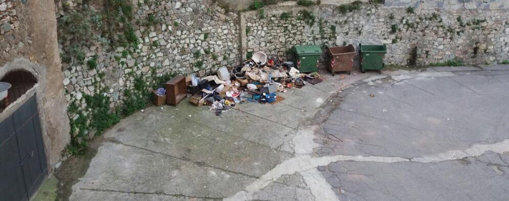 Segnalazione: rifiuti a cielo aperto a Caulonia Superiore