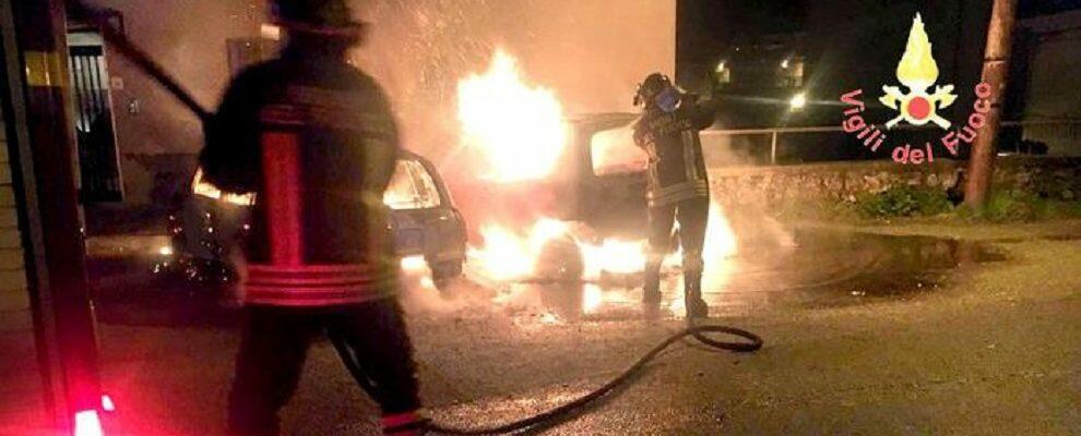 Distrutte due auto in un incendio, indagini in corso