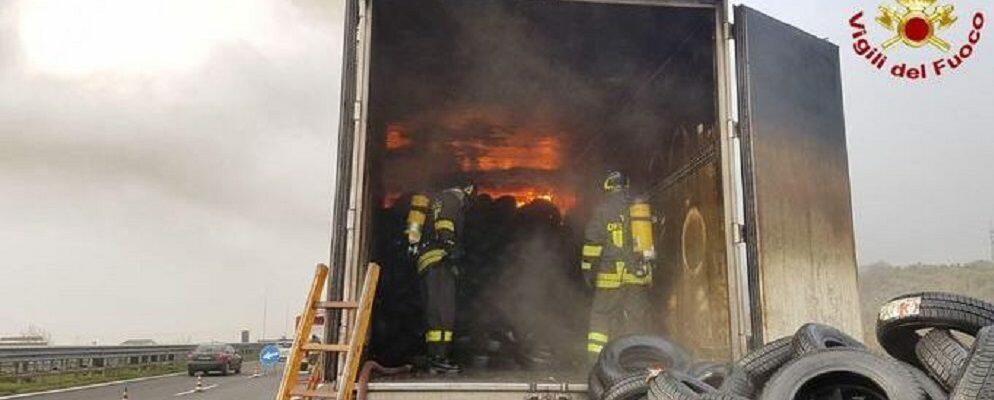 Camion in fiamme sulla A2, illeso il conducente