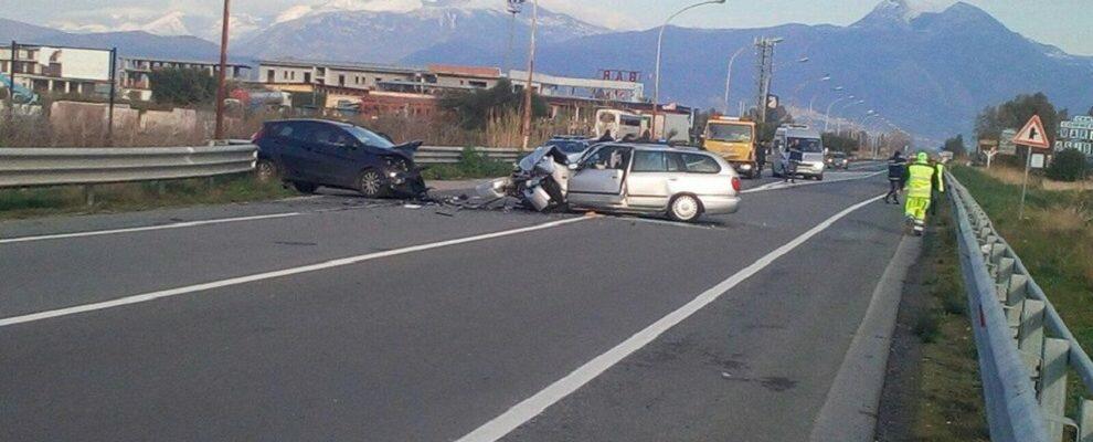 Ennesimo incidente sulla S.S. 106, tremendo scontro tra due auto