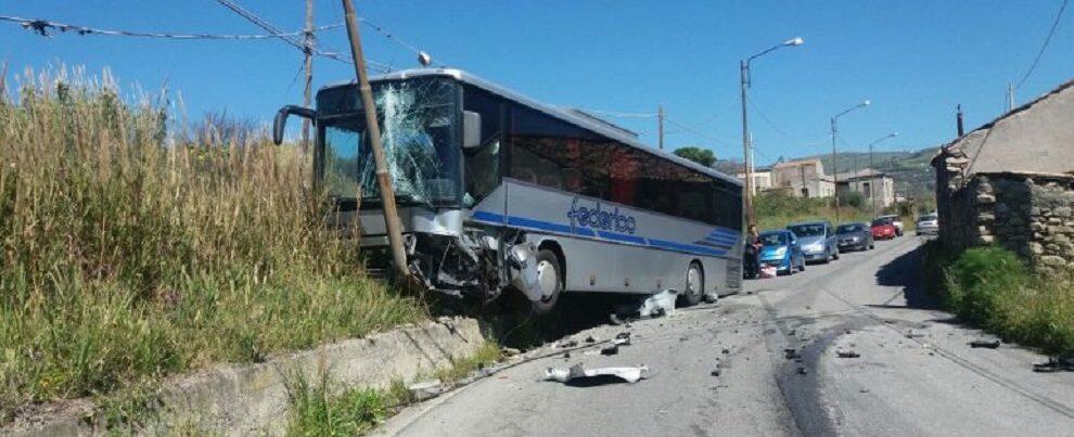 Incidente a Melito Porto Salvo, bus si schianta contro un palo