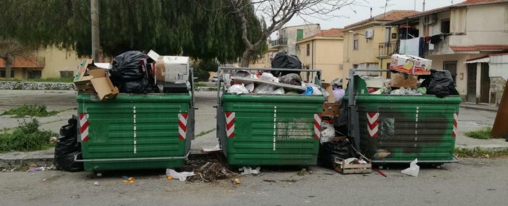 Caulonia Marina invasa dai rifiuti