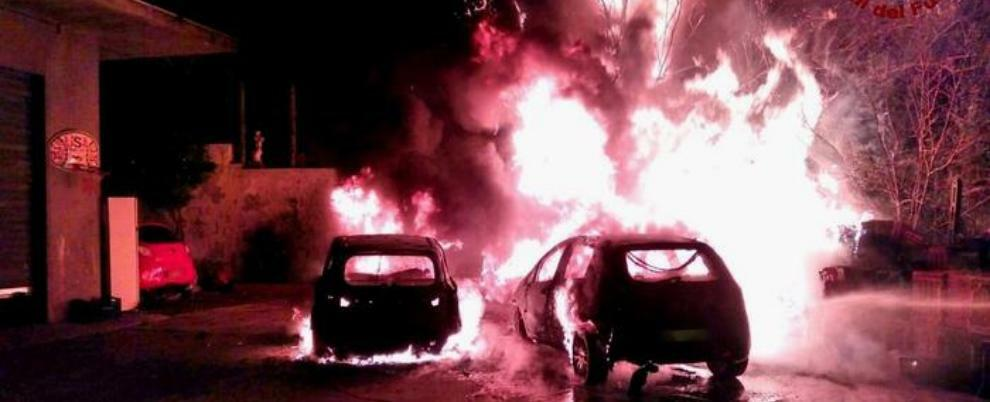 Incendio nella notte, due auto distrutte dalle fiamme