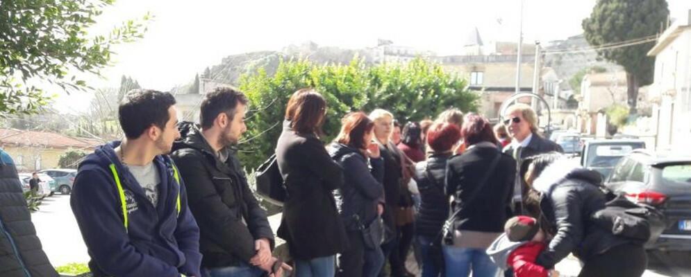Mamme cauloniesi in protesta davanti al Comune