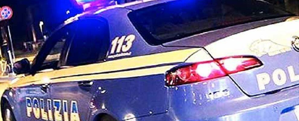 Ruba auto e sperona una Volante durante l'inseguimento, arrestato
