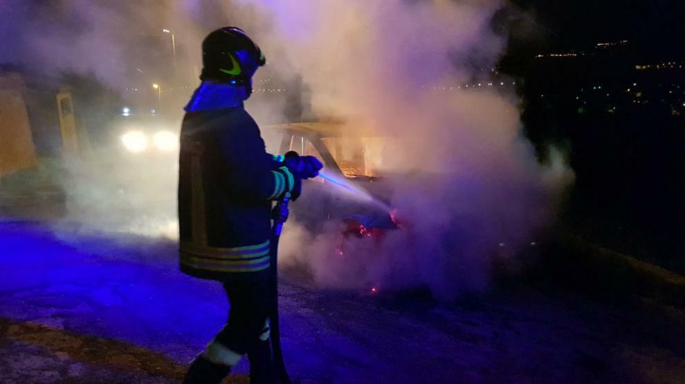 Incendio nella notte a Gioiosa Ionica, auto distrutta dalle fiamme