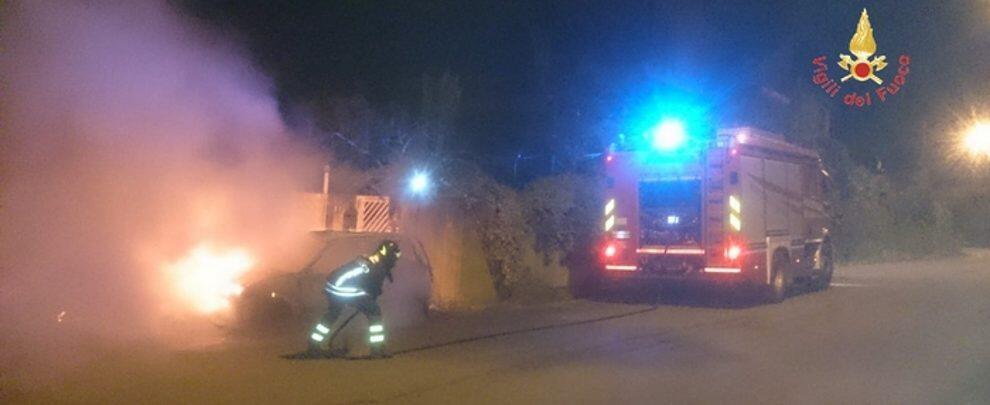 Rinvenuto cadavere carbonizzato in un'auto in fiamme