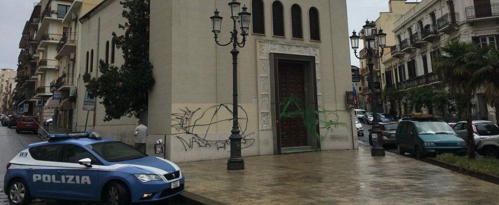 Sorpreso ad imbrattare il portone di una chiesa, denunciato un giovane