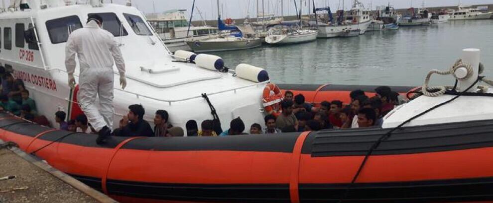 Soccorsa a Roccella Jonica imbarcazione con 42 migranti