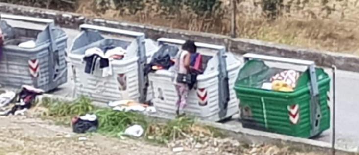 FOTONOTIZIA: MIGRANTI ROVISTANO TRA I RIFIUTI A CAULONIA