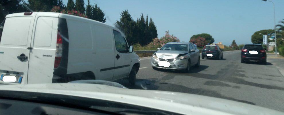 Schianto tra due auto sulla S.S. 106 presso Contrada Vasì