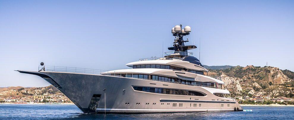 Record per il Porto delle Grazie di Roccella: approda Kismet, lo yacht di 95 metri – fotogallery