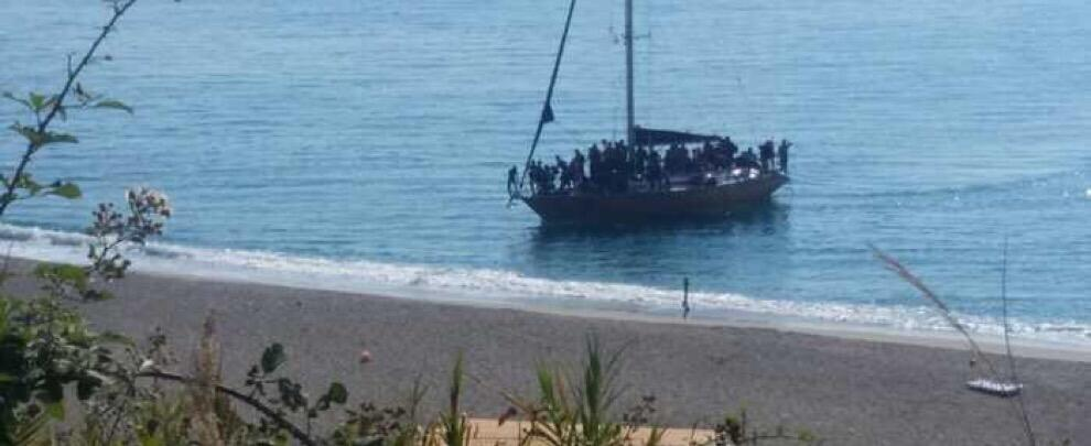Sbarcano uomini, donne e bambini in Calabria