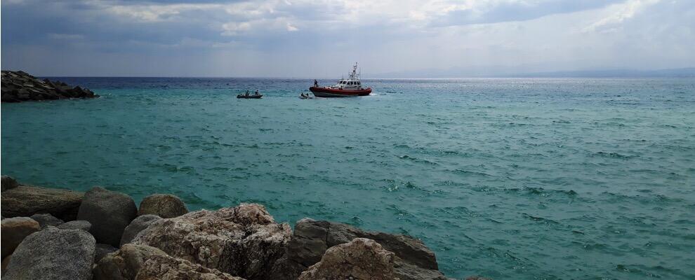 Maltempo, si ribalta un'imbarcazione: interviene la Guardia Costiera di Roccella