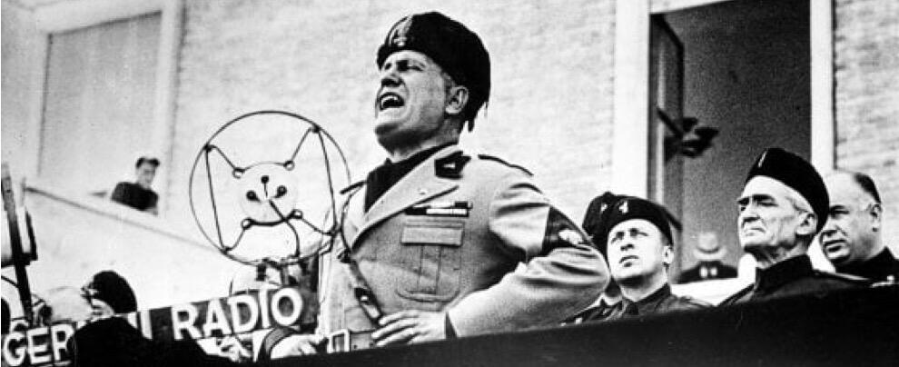Foto di Mussolini esposta in un bar: denunciato il titolare per apologia del fascismo