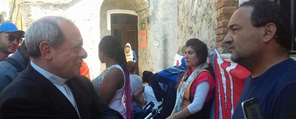 Il vescovo Oliva a Riace per portare solidarietà a Mimmo Lucano