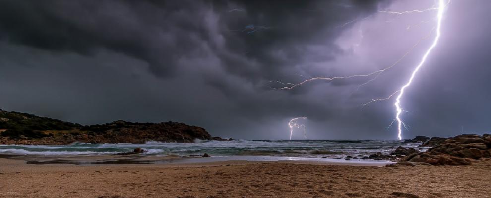 Fulmine in spiaggia, feriti due fratelli: uno in gravi condizioni