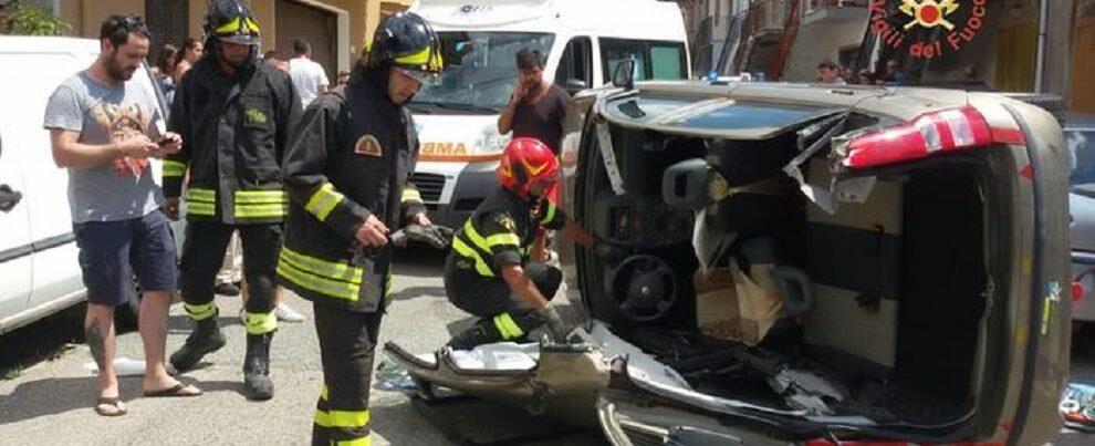 Auto si ribalta, ferito il conducente