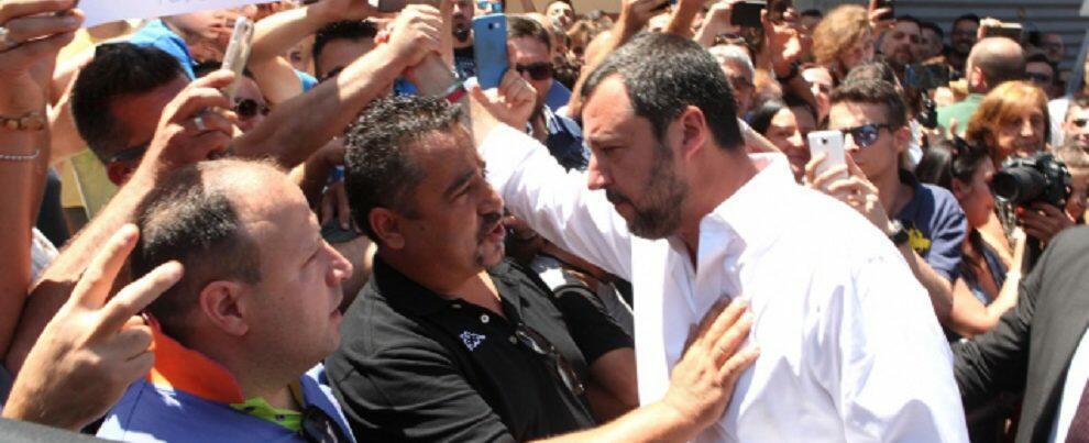 """Salvini a San Luca, decine di cartelli per lui: """"Il lavoro non c'è. Emigriamo?"""""""