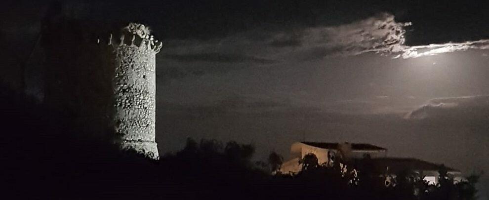 Foto del giorno: la torre Camillari illuminata dalla luna